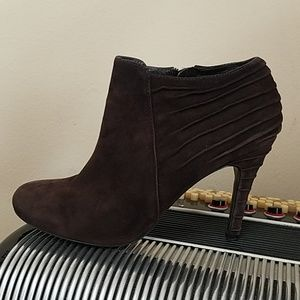 ENZO ANGIOLINI CHOCOLATE BROWN SUEDE ANKLE BOOTIES